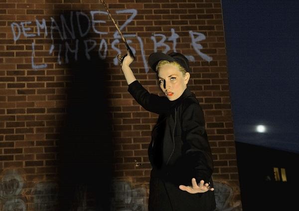 Jenny Wilson, ante una reproducción de la famosa pintada