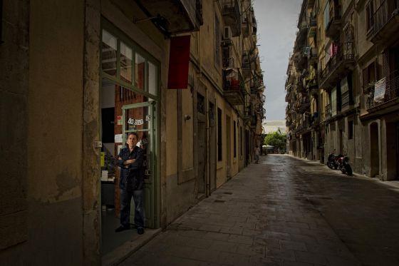 Paco Camarasa, en la puerta de la librería Negra y Criminal