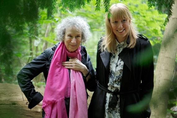 Margaret Atwood (izquierda) y Katie Paterson (derecha) en el bosque del que saldrá el papel de los libros inéditos. Foto: Bjørvika Utviklingay