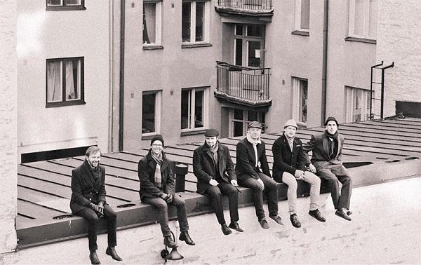 El sexteto Dalindèo en los tejados del barrio de Kallio, Helsinki, que da nombre a su tercer álbum