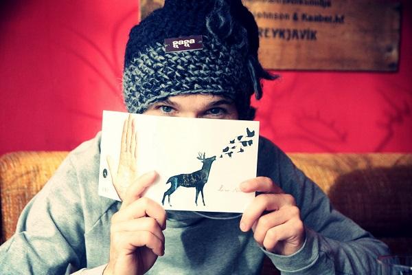 Richard Karazija, alma mater de Low Roar, mostrando la portada de su primer disco homónimo
