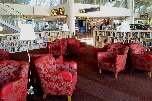 Alfonbras, lámparas, butacas y libros. Así es la Biblioteca del aeropuerto de Tallinn