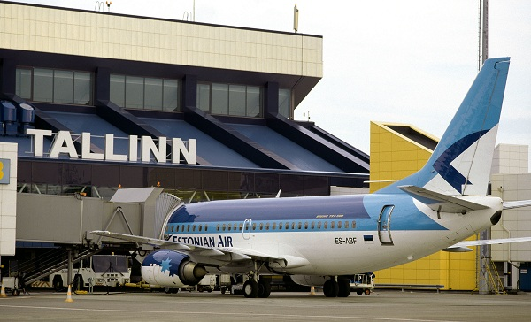 Un avión de Estonian Air poco después de aterrizar en el aeropuerto de Tallinn