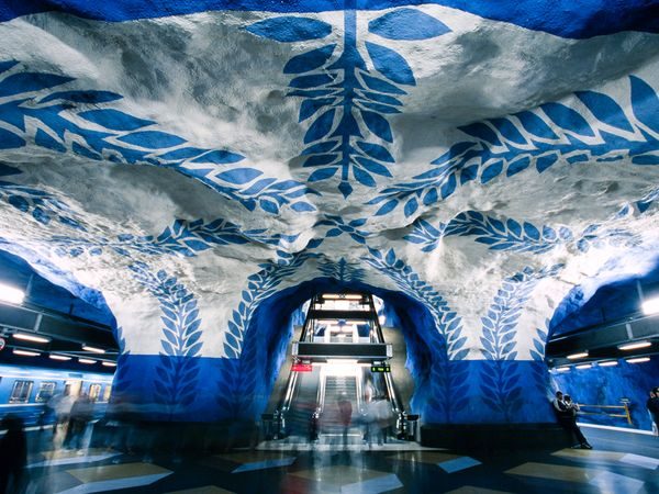 Estación T-Centralen, Metro de Estocolmo, pintada por Vera Nilsson. Foto: Heimo Aga.