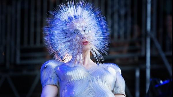 Uno de los trajes de Björk expuestos en el MoMA. Foto: Blackbook