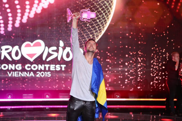 Måns Zelmerlöw celebrando su victoria en el escenario de Eurovisión 2015. Foto: Thomas Hanses (EBU)