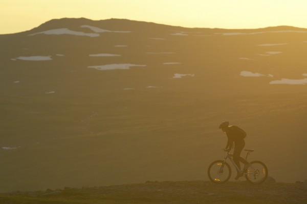 Haciendo bici en el Norte de Suecia durante el Sol de medianoche. Foto: Staffan Widstrand/imagebank.sweden.se