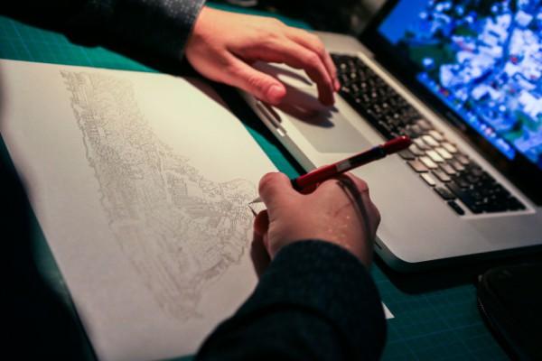 Realizando a mano una de las láminas del mapa de Reykjavík. Foto: Roman Gerasymenko
