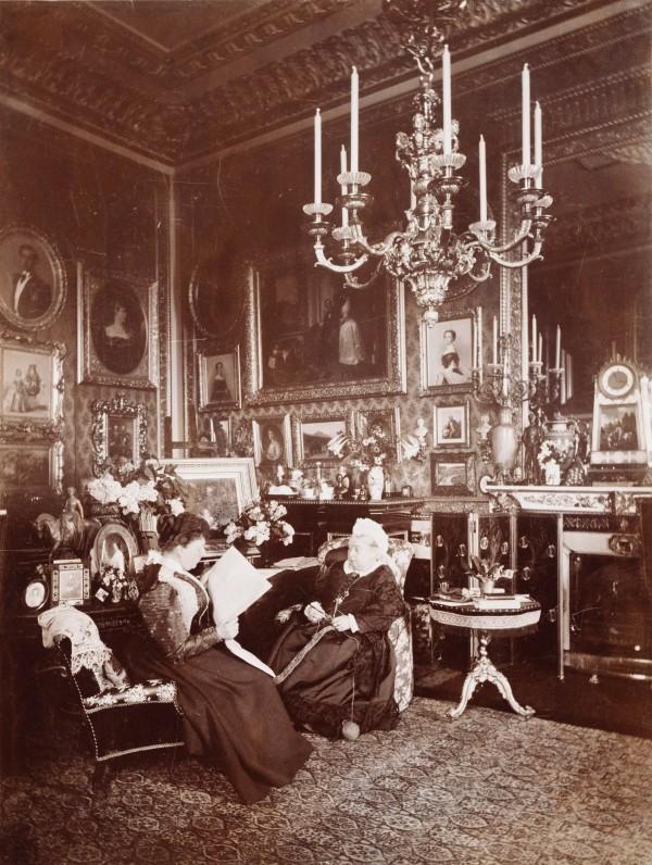 La reina Victoria charla con la princesa Beatriz en el castillo de Windsor. Foto: Mary Steen (1895)