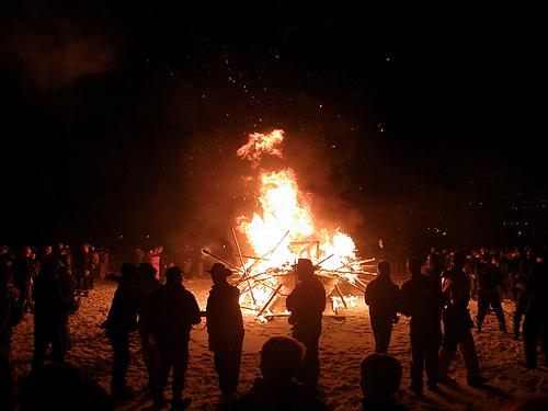 Los habitantes de Vágur alrededor del barco en llamas. Foto: Eileen Sandá