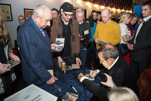 El presidente estonio firmando discos, en la presentación del recopilatorio. Foto: Rene Suurkaev