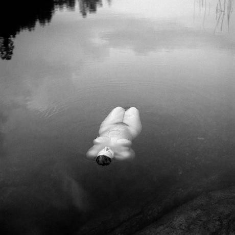 'Girls at Bull's Pond', de Tuija Lindström