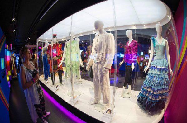 Los trajes de Yphanna (Islandia 2009) y Johnny Logan (1980 y 1987) en el Museo ABBA. Foto: Jonathan Nackstrand/AFP
