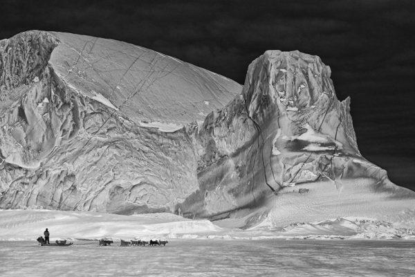 Trineo tirado con perros en Groenlandia. Fotografía de Jette Bang