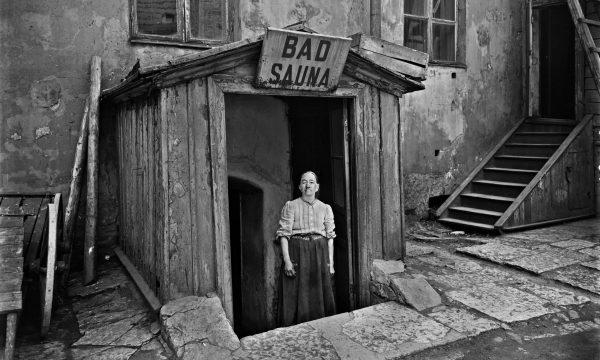 Entrada de una sauna en Helsinki, 1913. Fotografía de Signe Brander